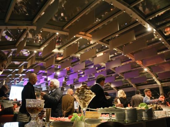 Diamo inizio alla festa: con prelibatezze culinarie nello spazio espositivo di Villa Necchi. Foto: Wilkhahn