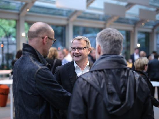 Prima del partito, il presidente di Wilkhahn Jochen Hahne parla con i designer Jürgen Laub e Markus Jehs (jehs+laub). Foto: Wilkhahn
