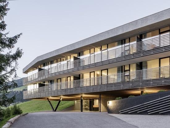 Questo hotel con tetto verde nelle Alpi italiane sembra sorgere dalla terra