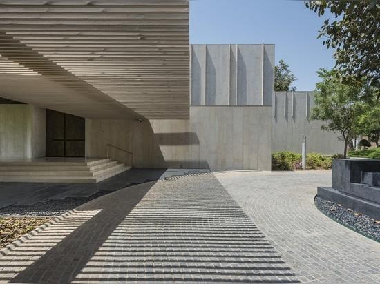 Giardini lussureggianti ammorbidire questa residenza in pietra robusta in India
