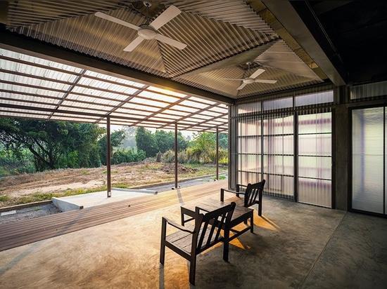 junsekino costruisce una biblioteca traslucida per la comunità in Thailandia rurale
