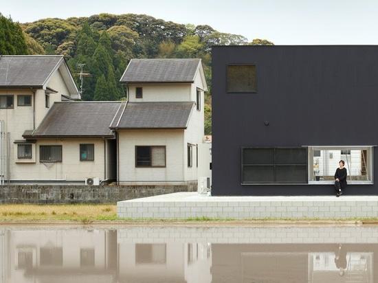atelier kenta eto avvolge la casa del cubo in alluminio nero in kadokawa, Giappone