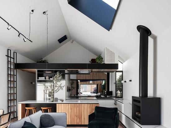 Questa aggiunta casa comprendeva un soffitto a volta per creare più spazio aperto per il nuovo soggiorno, sala da pranzo e cucina