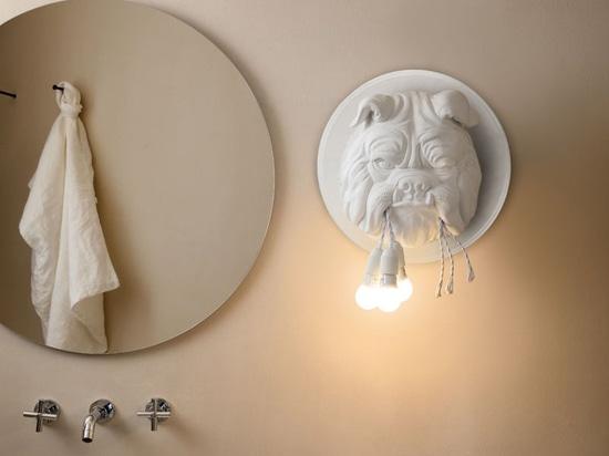 Lampadine a sospensione dalla bocca di un bulldog sono una caratteristica capricciosa di questa nuova lampada