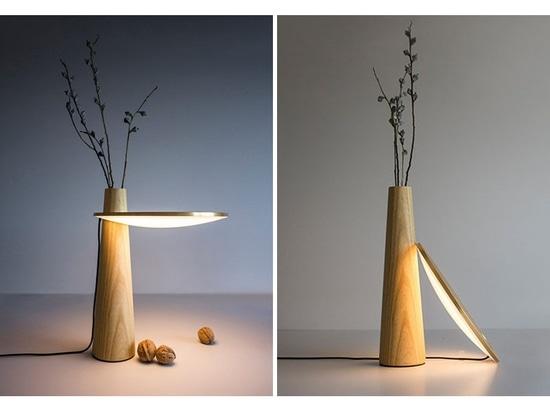 """La lampada da tavolo """"Subtle Happiness"""" combina una lampada removibile con un vaso"""