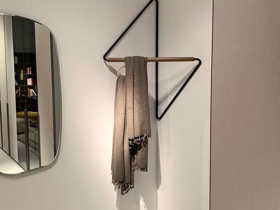 Questo porta abiti è stato progettato per adattarsi agli angoli