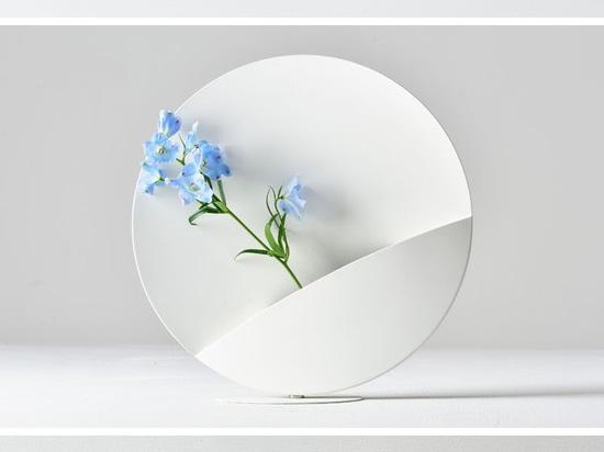 Un forte magnete permette agli utenti di cambiare la posizione di questo vaso
