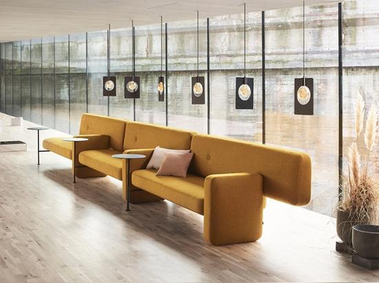 Pebble è un divano asimmetrico che sfida la Convenzione