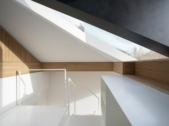Con Form Architects apre il loft con abbaino in vetro e acciaio