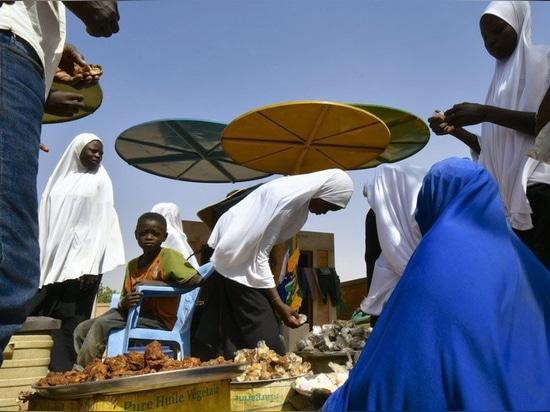 atelier masomi utilizza baldacchini di metallo colorato per costruire il mercato dei dandaji in niger