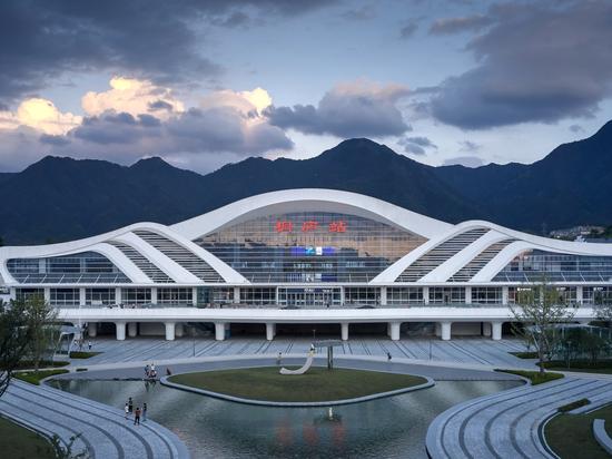 Stazione ferroviaria ad alta velocità Tonglu / Greentown Ten-D Architectural Design