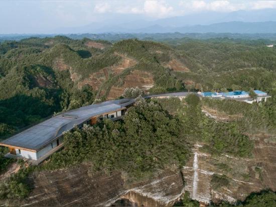 hotel in cima alla montagna in Cina offre una vista su un paesaggio di fiumi, foreste e colline