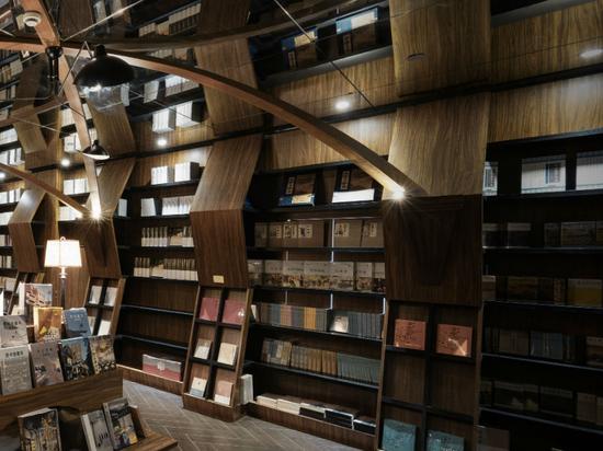 x+living combina strutture in legno e specchi nella ipnotizzante libreria cinese