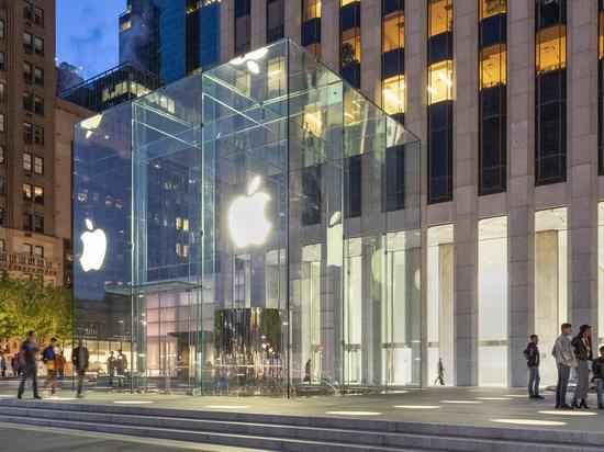 """riapre il famoso """"cubo"""" di New York, la mela, sulla quinta strada"""