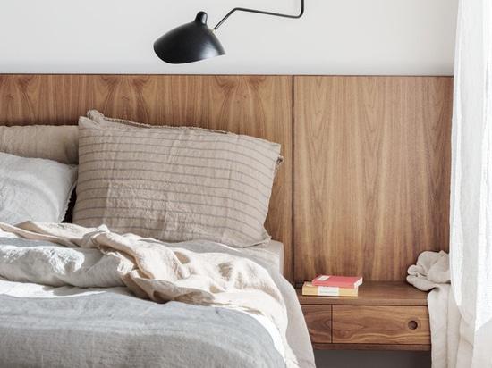 Questa nuova casa coperta di scandole aggiunge un po 'di fascino legnoso per la strada