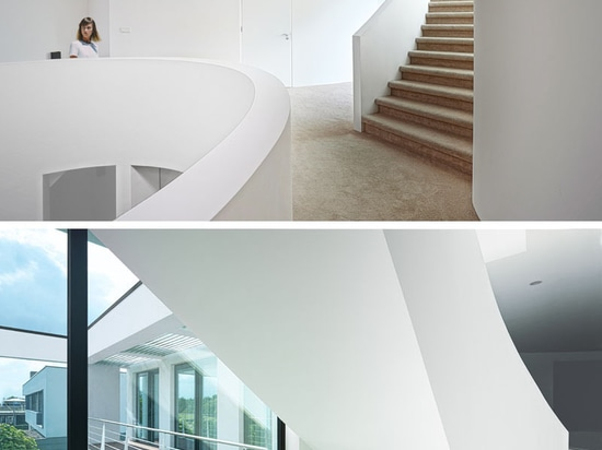Questa moderna casa olandese moderna ha un salotto incassato per intrattenere all'aperto divertente