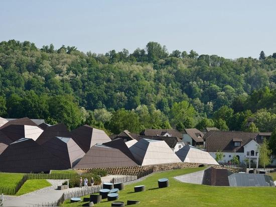 Enota copre la piscina in Slovenia con tetto geometrico