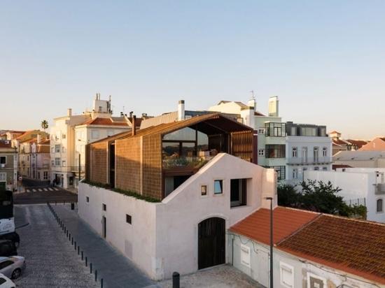 casa altinho si affaccia sul lungomare di lisbona con volumi nidificanti di delicata muratura in mattoni