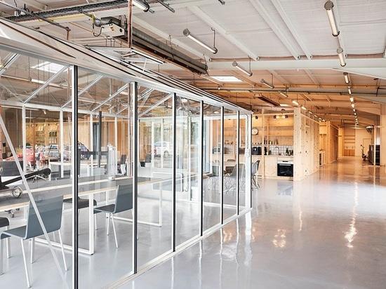 freaks avvolge una doppia pelle di acciaio inossidabile ondulato intorno all'edificio per uffici in Francia