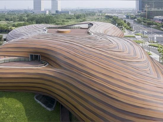 linee organiche e verde ondulato formano il museo Liyang di CROX in Cina