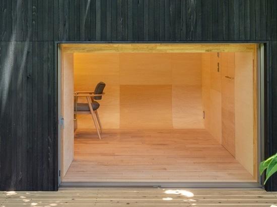 tunnel di takehiko suzuki architects è una piccola capanna in tokyo rivestita di cedro giapponese carbonizzato