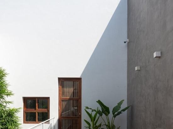 AHL racchiude le zone giorno + cortili della casa 8x24 in vietnam utilizzando un involucro di cemento