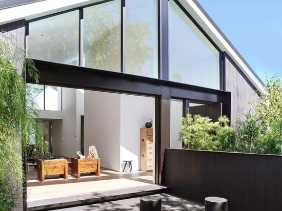 Un tetto a punta permette di avere soffitti alti in tutta la California Home