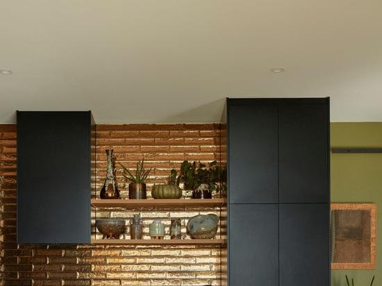 Questa casa rurale è stata rivestita con un rivestimento in acciaio ondulato grigio bosco durevole in acciaio ondulato