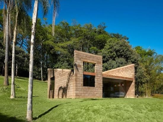 Una casa minimalista nella campagna brasiliana è fatta di rifiuti minerari