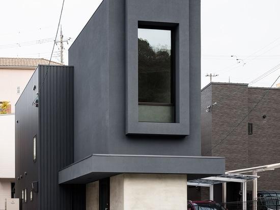 Una casa snella in Giappone sfida le sue strette proporzioni con una finezza minimalista