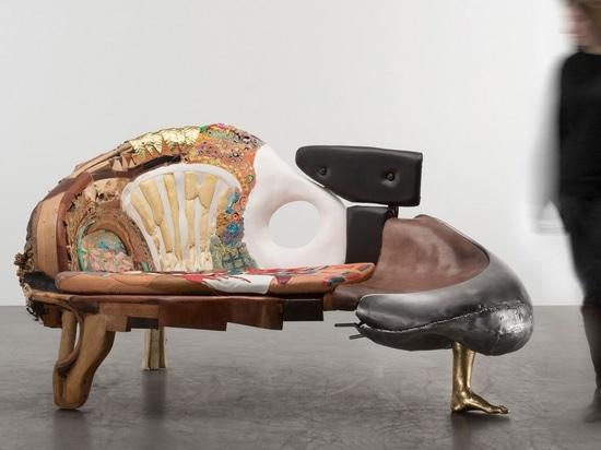 L'omaggio sovversivo di Kostas Lambridis ai classici del design ridefinisce il valore dei materiali