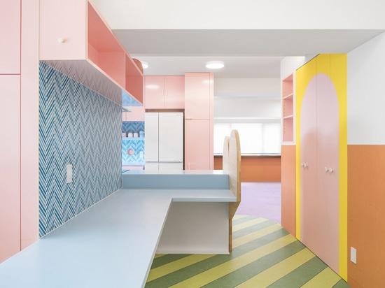 Adam Nathaniel Furman crea interni di appartamenti tipo giocattolo da una tavolozza di colori pastello a Tokyo