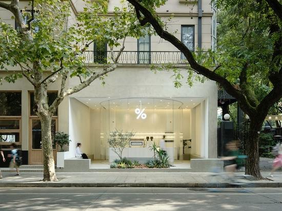 B.L.U.E. Studio di architettura progetta questo minimale caffè con facciata in vetro a Shanghai