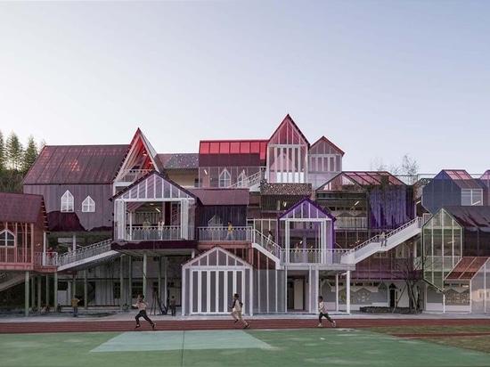 Questo colorato cottage-come la scuola elementare si comporta come un villaggio di montagna in miniatura a Hangzhou