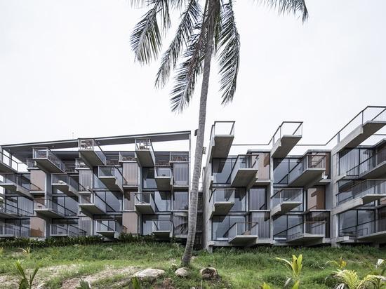 Patchara+ Ornnicha Architecture Designs Hotel Con Balconi Super Allungati Su Una Serena Collina Serena