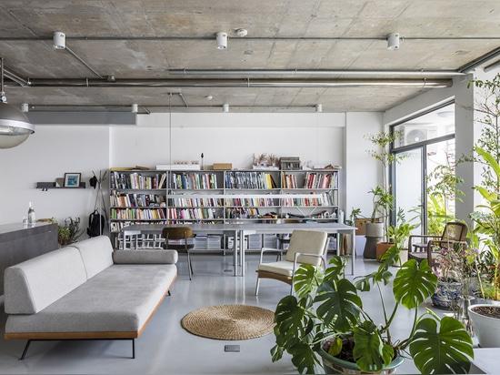 Nhabe Scholae crea un interno simile a un paesaggio con tende traslucide all'interno di un appartamento