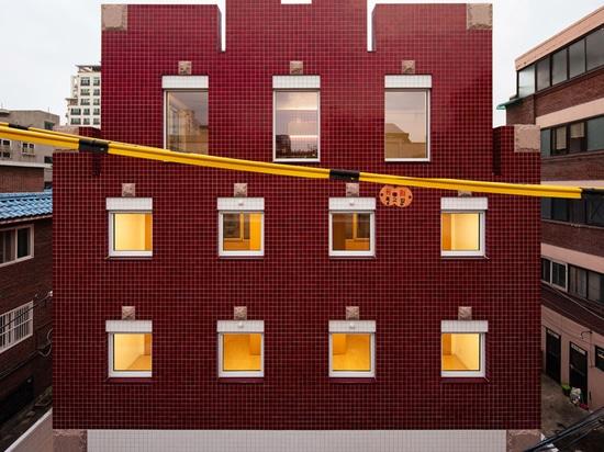 Gli architetti di Aoa utilizzano piastrelle di marmo rosso per rivestire questo appartamento nel quartiere sudcoreano