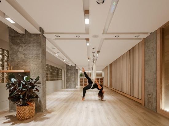 Una tavolozza di colori ricca e minimale abbraccia la diversità in questo interno per uno studio yoga in Kuwait