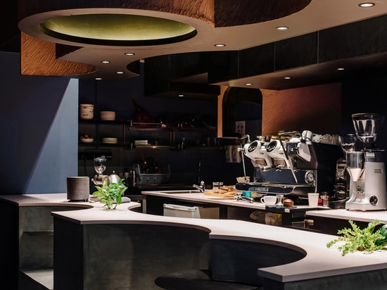 Lo Studio SKLIM crea spazi punteggiati e geometrie circolari per formare questo caffè a Singapore