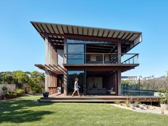 La casa alimentata a energia solare abbraccia la vista delle chiome degli alberi in tutte le direzioni