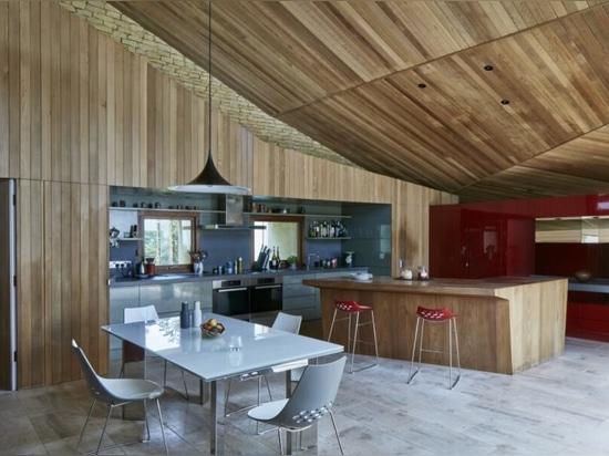 La casa di Stonecrop con tetto verde sorge dal paesaggio rurale inglese