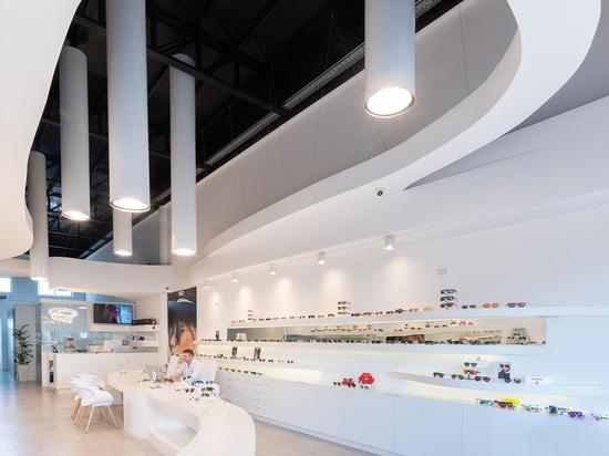 Castellino Arquitectos completa gli interni curvi per l'ottica Lazzarini in Argentina