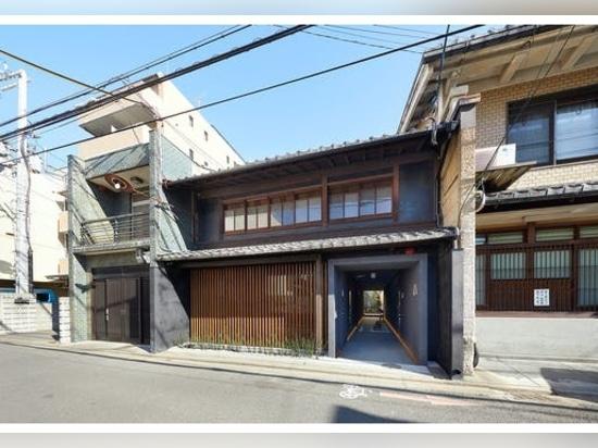 Unendo l'architettura giapponese tradizionale e quella moderna, questa guest house di Kyoto è un tranquillo stordimento