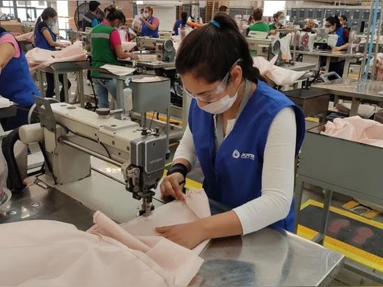 Ford sta utilizzando materiale airbag per realizzare camici ospedalieri per i soccorritori di COVID-19