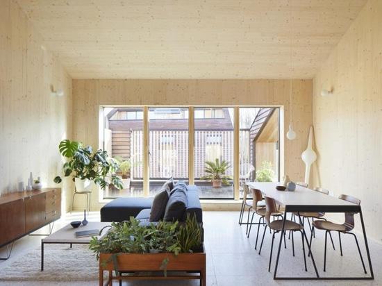 Gli appartamenti Peckham Rye di Tikari Works sono caratterizzati da interni in legno calmanti