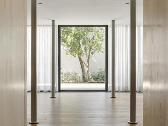 Interni tranquilli caratterizzano una casa moderna degli anni '50 della metà del secolo scorso a Città del Messico