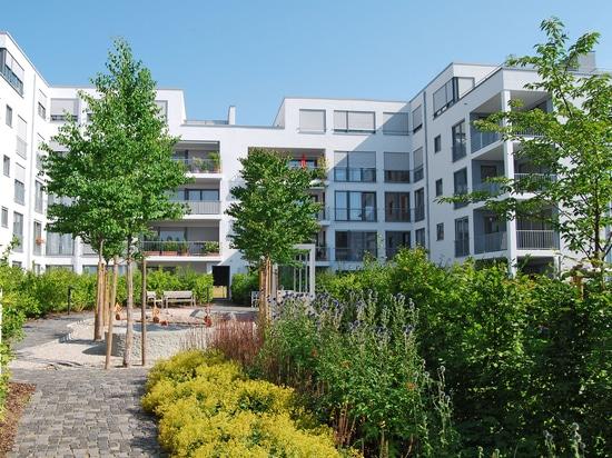 Questo complesso residenziale ha un verde lussureggiante nei suoi cortili, che nasconde il parcheggio sotterraneo sottostante