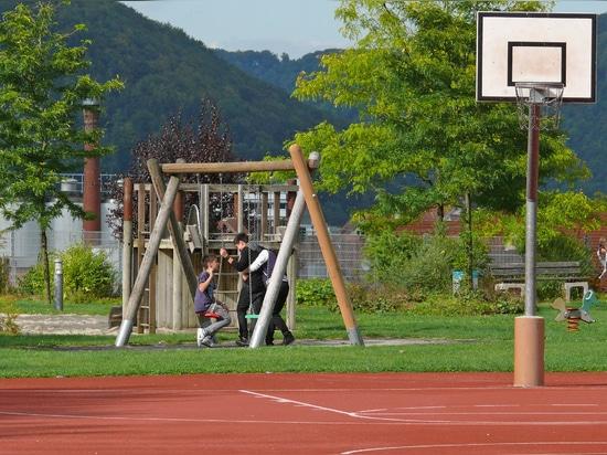 Un campo da streetball sul tetto di un parcheggio sotterraneo. La superficie è permeabile fino allo strato di drenaggio