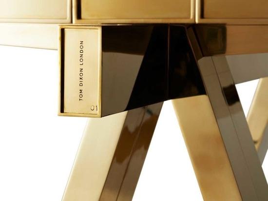 Tom Dixon trasforma un tavolo da pranzo in una scultura in ottone massiccio