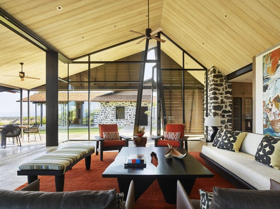 Un Airy Hawaiian Home Set in cima a un campo di lava indurita